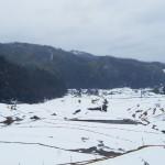 雪に埋もれる毛原の棚田